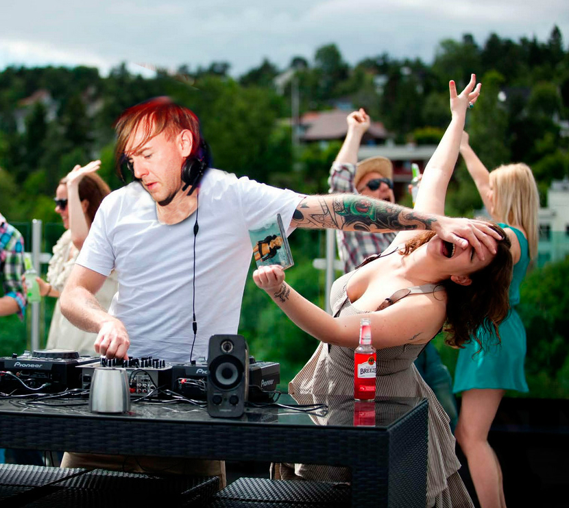 RICHIE HAWTIN SHOVES SPEAKER ONTO GIRL @ TIME WARP – THE FOOTAGE